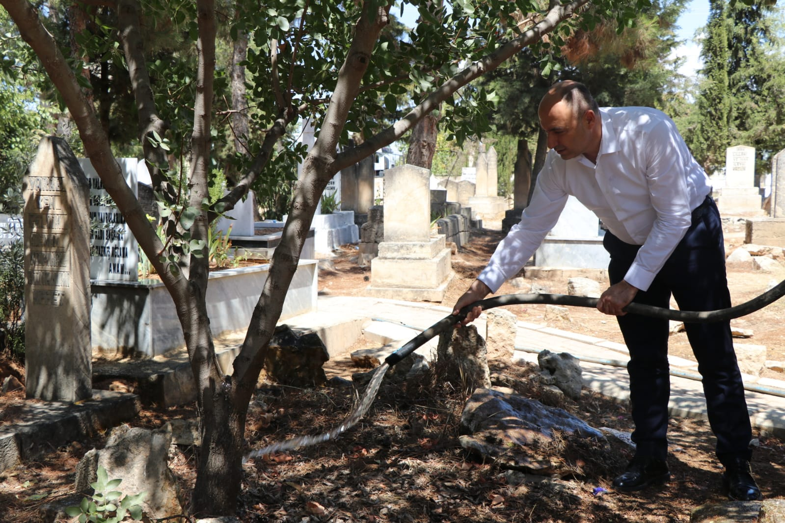 Bozova Belediyesi Asri Mezarlıkta Bakım ve Sulama yaptı